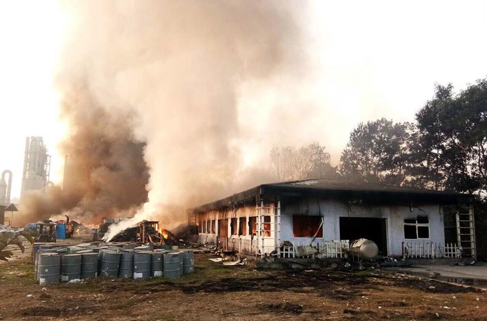 Khu xử lý rác thải công nghiệp bốc cháy rừng rực suốt đêm