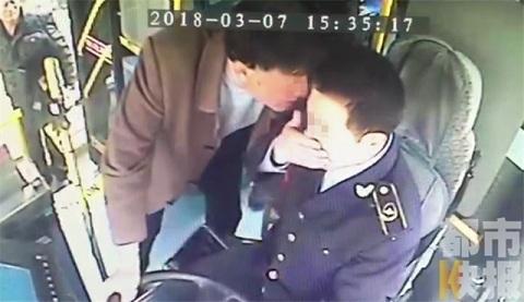 tài xế bị cắn mặt