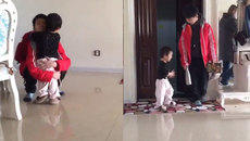 Em bé mừng rối rít khi thấy anh trai đi học về
