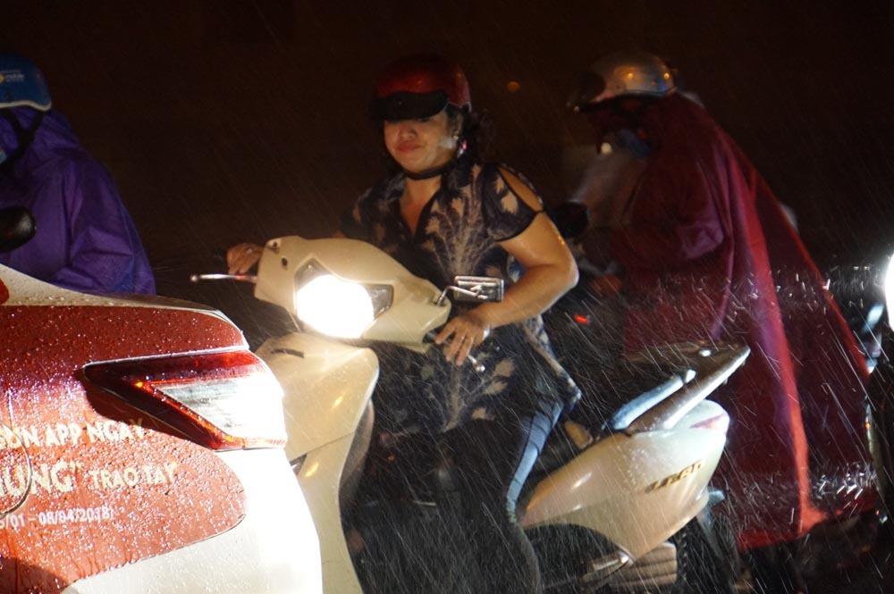 Sài Gòn xuất hiện cơn mưa 'vàng' giải nhiệt