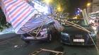 Sập giàn giáo, thanh sắt xuyên thủng buồng lái xe Audi giữa Sài Gòn