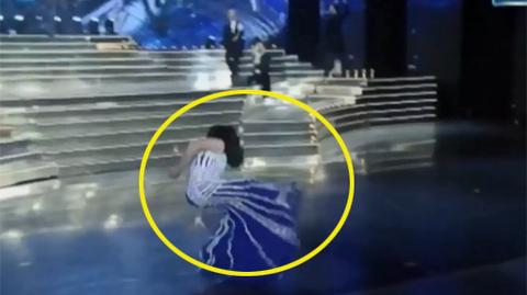 Thí sinh Hoa hậu chuyển giới trượt ngã ngay trên sân khấu
