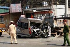 Xe du lịch đâm xe tải ở Mộc Châu, đôi nam nữ thiệt mạng