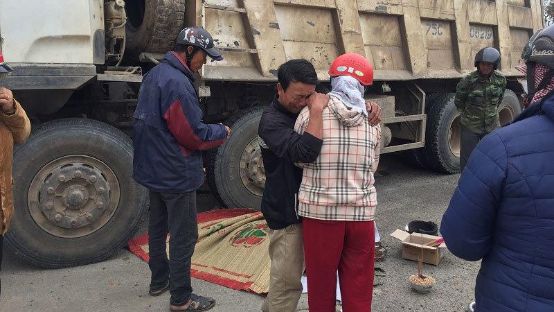 Chở gạo đi bán, người phụ nữ bị xe tải cuốn tử vong