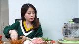 'Thánh ăn công sở' khiến người xem ngả mũ khi hấp đồ ăn bằng bình đun nước siêu tốc