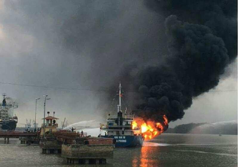 Tàu chở dầu bốc cháy dữ dội tại cảng Đình Vũ