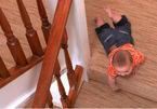 Bé trai ngã nứt sọ khi leo gác lửng lấy điện thoại
