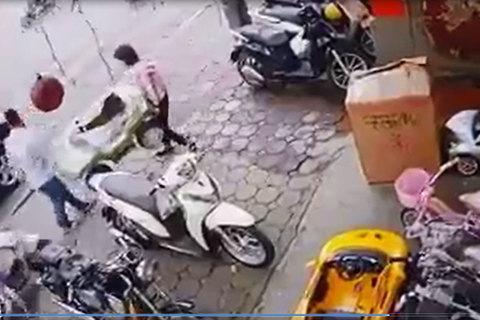 Người phụ nữ đứng trên vỉa hè mà cũng gặp tai nạn chỉ vì một thói quen xấu xí