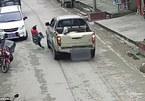 Khoảnh khắc mẹ lao ra trước đầu xe bán tải cứu con