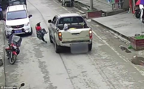 Xúc động khoảnh khắc mẹ lao ra trước đầu xe tải để cứu con