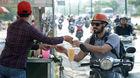 Sài Gòn nóng đổ lửa, người dân chen chân mua nước giải nhiệt