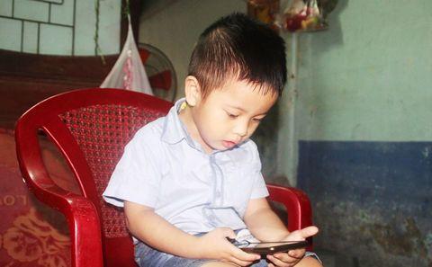 3 tuổi đọc sách báo thành thạo