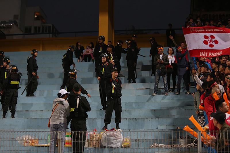 CĐV Hải Phòng 'đại náo' sân Hàng Đẫy