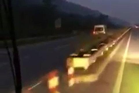 Xe 16 chỗ lao ngược chiều vun vút trên cao tốc Nội Bài - Lào Cai