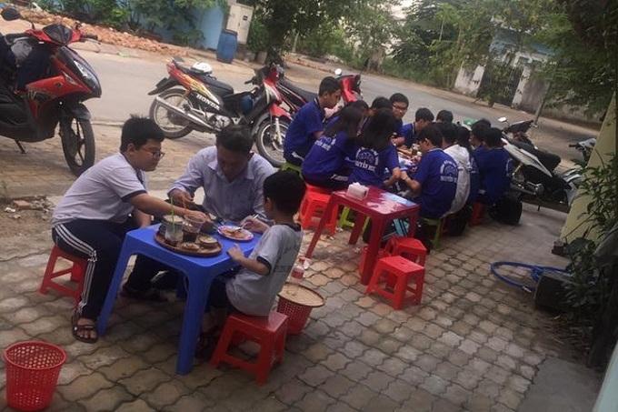 Nữ sinh lớp 10 mở quán bánh bèo để có tiền đi học