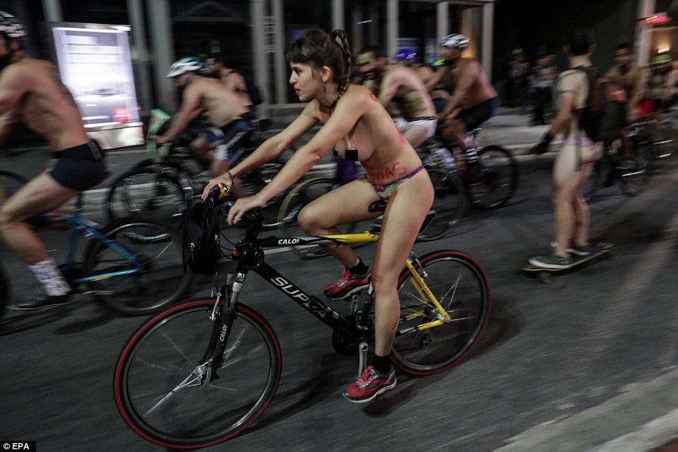 Khỏa thân đạp xe để nâng cao ý thức giao thông