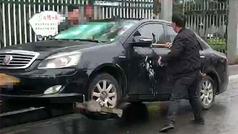 Tự đập nát xe vì không muốn bị cảnh sát tịch thu