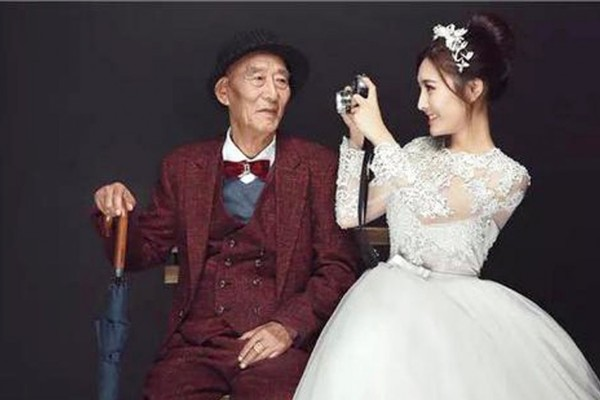 Thiếu nữ 9x chụp ảnh cưới với ông nội U90