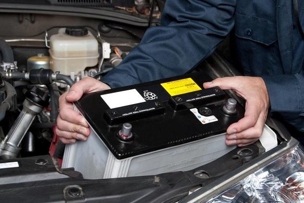 Kiểm tra ắc quy ngay khi thấy ô tô có dấu hiệu lạ, tránh bị 'vòi tiền'