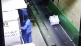 Bức xúc trước cảnh nhân viên hàng không quăng quật hành lý của khách