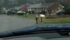 """Phạt con chạy bộ đi học dưới mưa, người cha gây """"sóng mạng"""""""