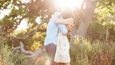 Khi yêu, đôi khi chỉ cần đến bên nhau... ôm rồi về