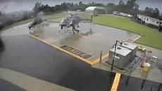 Video trực thăng vô tình 'xẻ nhau' nát bươm