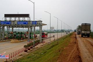 Bất lực nhìn xe tải né trạm BOT cày nát đê Hữu Thao?