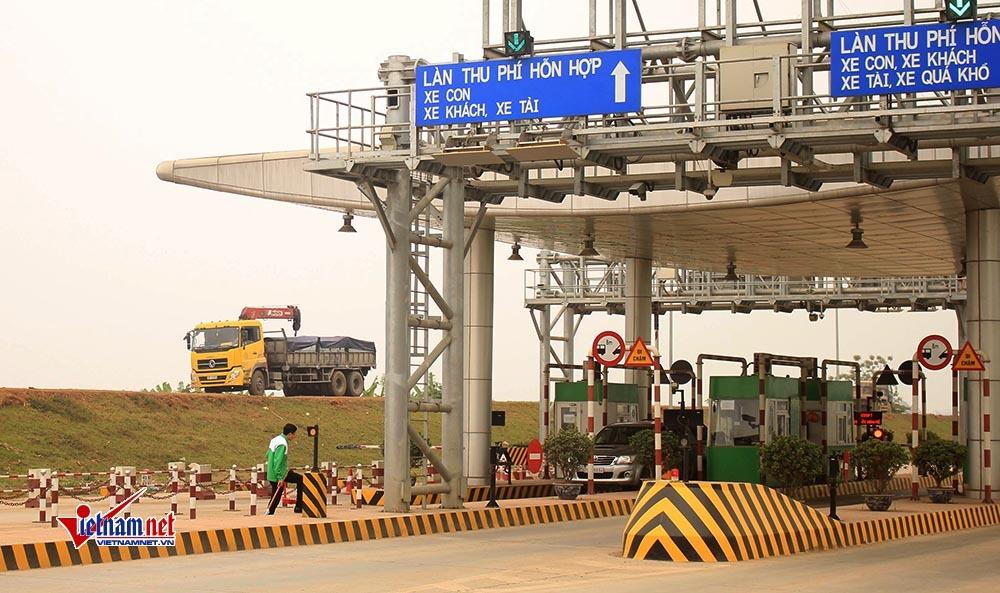 Né trạm BOT Tam Nông, xe tải nối đuôi cày nát đường đê