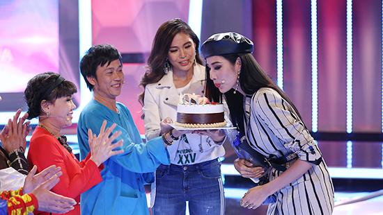 Hoàng Thùy được Hoài Linh, Mâu Thủy mừng sinh nhật tại trường quay