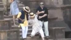 Hillary Clinton trượt chân 'ngã lên ngã xuống'