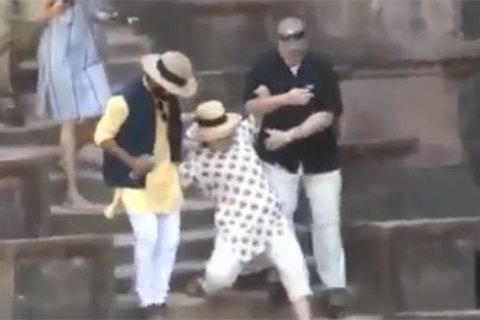 Hillary Clinton trượt ngã khi thăm Ấn Độ