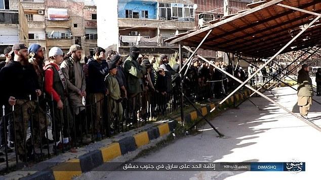 Sốc với cảnh IS trừng phạt đạo tặc giữa phố