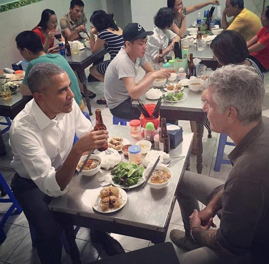 Đóng khung kính bàn ghế bát đũa ông Obama ăn bún chả để trưng bày