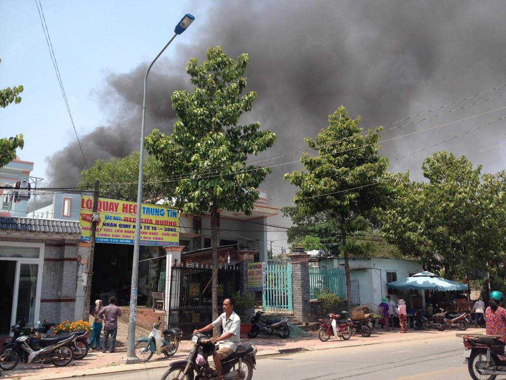 Nhà kho 1.000 m2 phát hỏa, hàng trăm học sinh phải di tản