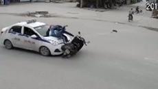 Nữ sinh bất tỉnh sau va chạm với taxi