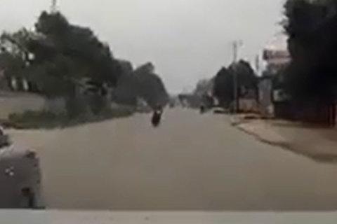 Xe máy sang đường bất cẩn, suýt lao vào ô tô
