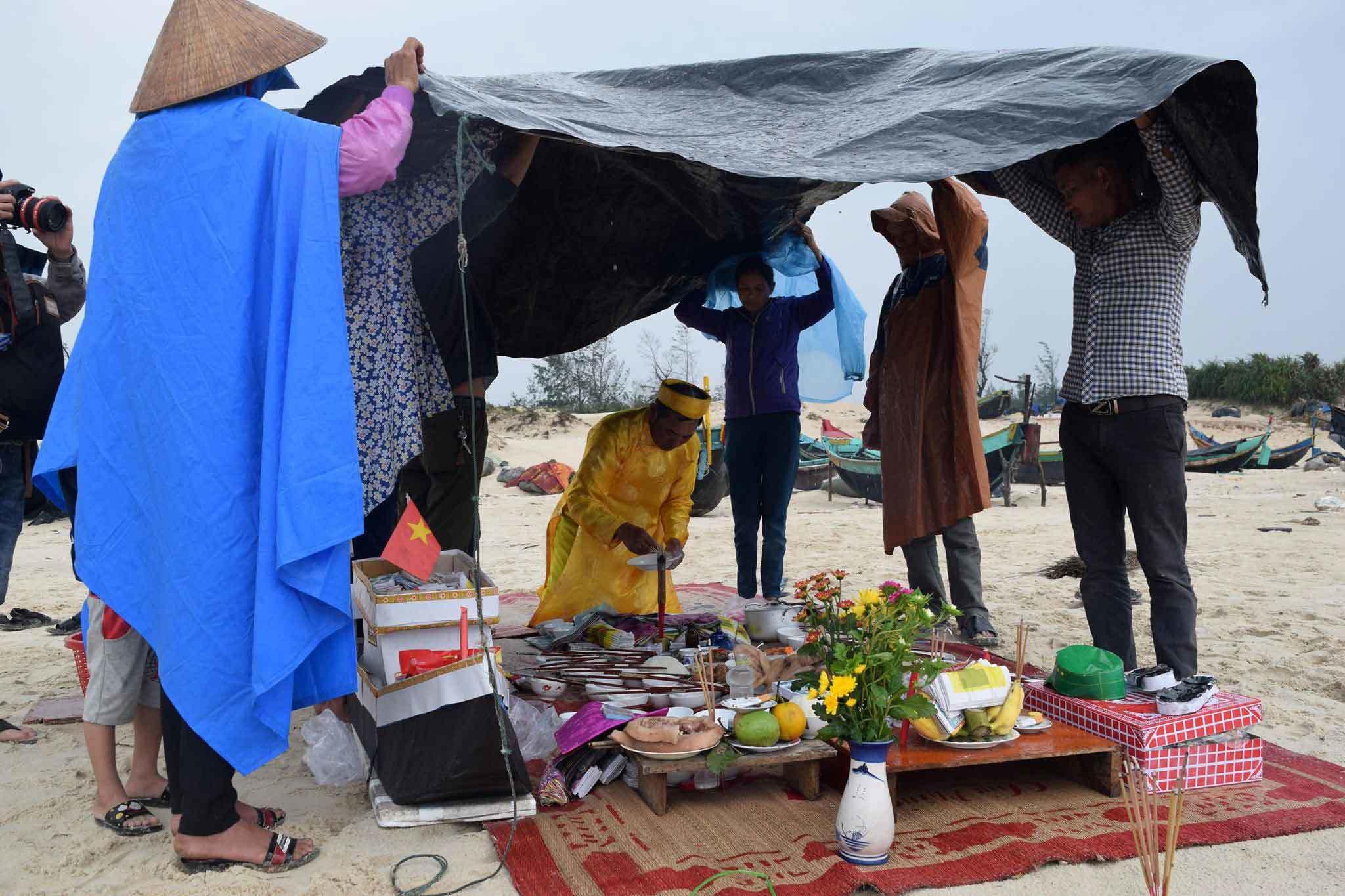 Lặng người trước mâm giỗ 64 liệt sĩ Gạc Ma bên bờ biển