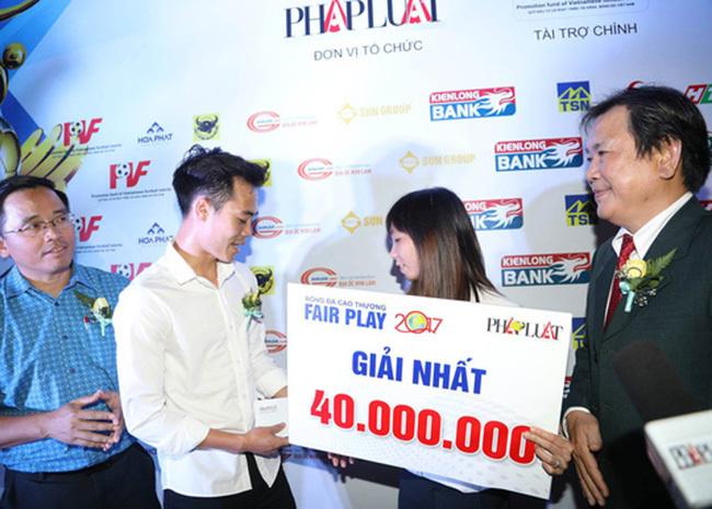 Ghi điểm ngày nhận giải, Văn Toàn thắng 'cú đúp' Fair-play