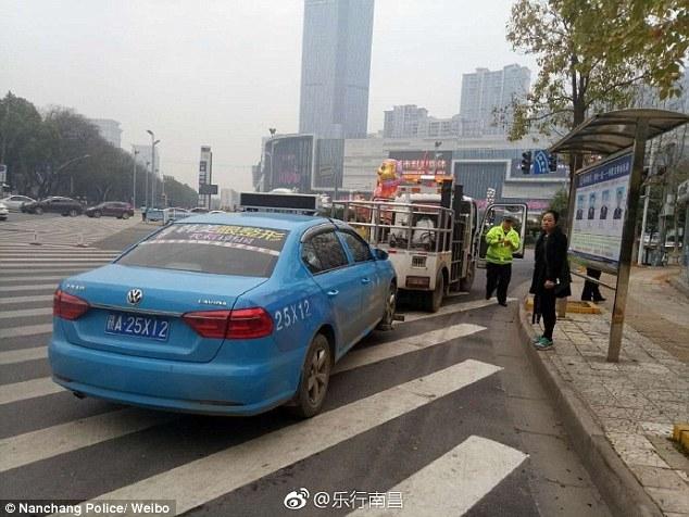 Taxi 'nhét' người ôm bàn sau cốp gây náo loạn đường phố