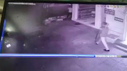 Trộm trèo tường BV K