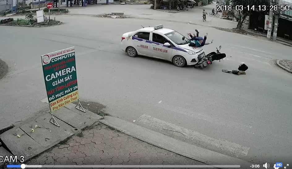 Bắc Ninh: Hai mẹ con bị ô tô đâm bay lên nóc capo