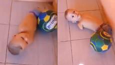Xót xa hình ảnh cậu bé không chân, không tay học đá bóng