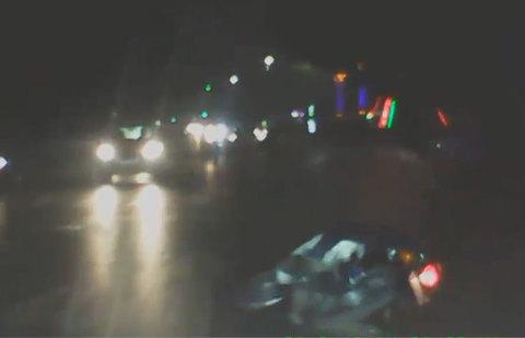 Chạy xe máy ngông nghênh trước đầu ô tô, thanh niên ngã sấp mặt