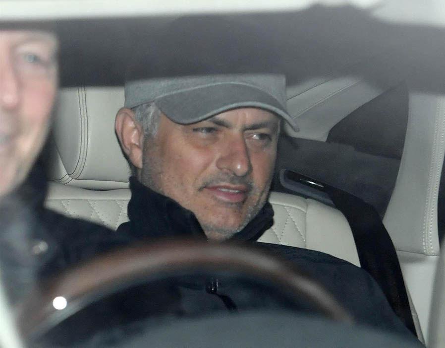 MU không thể sa thải Mourinho, Pogba 'châm ngòi' ra đi