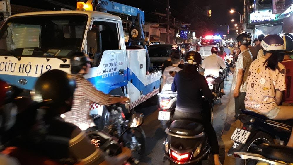 Ôtô húc hàng loạt xe máy ở Sài Gòn, nhiều người bị thương