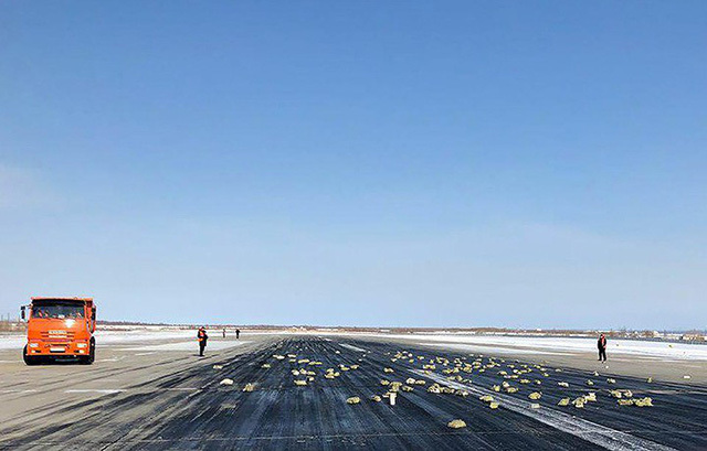3,4 tấn vàng rơi khỏi máy bay vì cửa mở