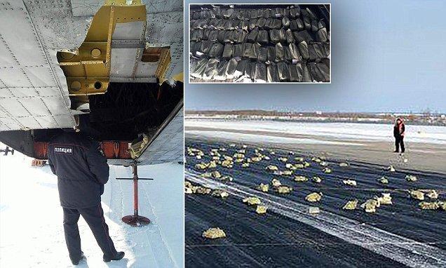 Máy bay bung cửa, vàng rơi khắp đường băng