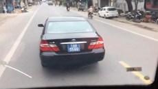 Xe biển xanh của BTC Tỉnh ủy Nam Định đánh võng chèn xe khách