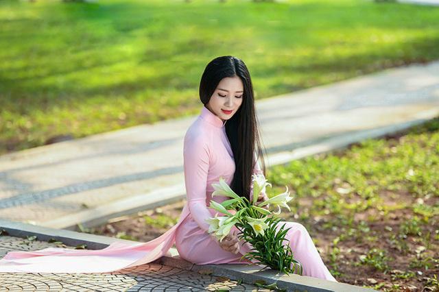 Thiếu nữ Hà Nội khoe sắc rạng ngời bên 'loài hoa tháng Tư Hà Nội'